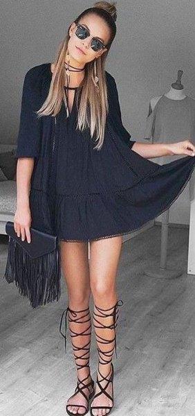 svart tunika klänning med halva ärmar och gladiator sandaler