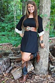 svart tunikaklänning med brunt, brett läderbälte