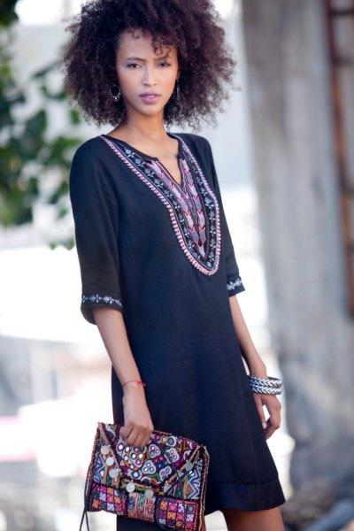 svart tunikaklänning med stamtryck och matchande koppling
