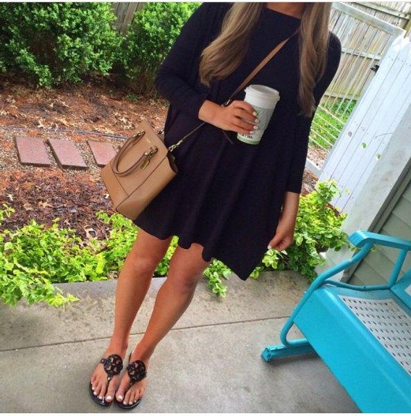 svart miniklänning med brunt läderväska