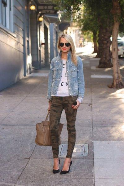 blå jeansjacka med vit tröja och kamouflagegas
