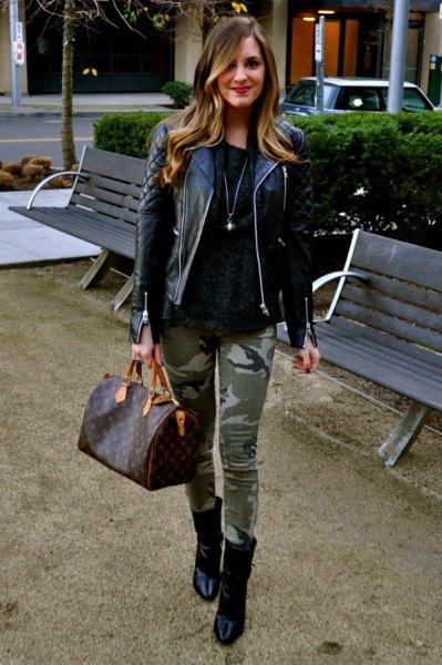 svart quiltad skinnjacka med tröja med scoop-halsringning och kamouflage-damask