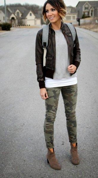 svart bomberjacka med grå tröja och leggings med tryck