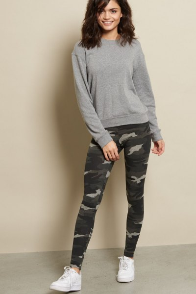 grå, tjock tröja med kamouflage damaskar och vita sneakers