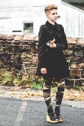 svart långfärgad kappa med kamouflagestrumpbyxor och kilklack