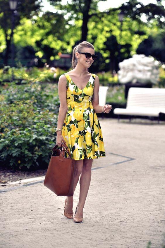 gul sommarklänning med citronmönster