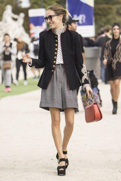 svart kavaj med vit prickblus och grå tweed shorts