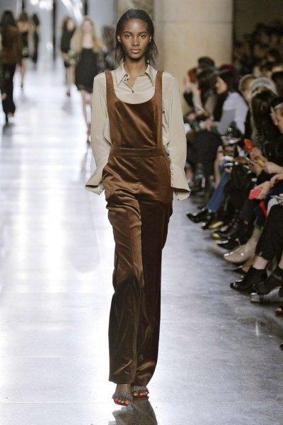 ljusrosa skjorta gjord av brun sammetoverall
