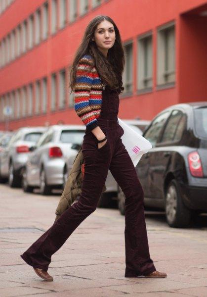 mångfärgad stickad tröja med brun sammetoverall