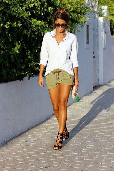 vit överdimensionerad pojkvänskjorta khaki shorts remmar sandaler