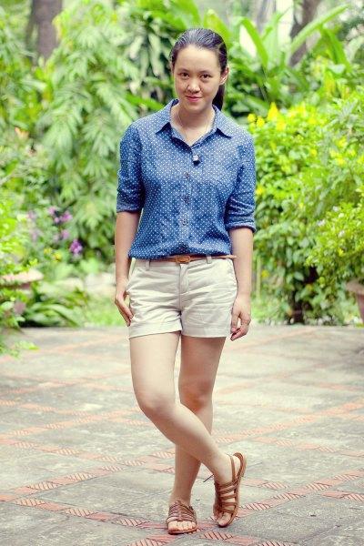 mörkblå och vit prickig skjorta