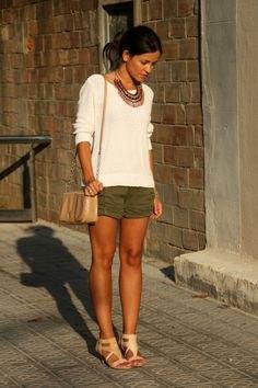 grön khaki shorts vit tröja