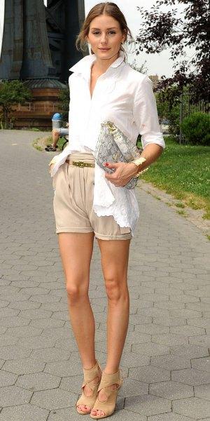 vit skjorta med knappar beige khaki shorts