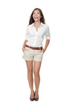 Elfenbenshaki-shorts med vit skjorta med knappar