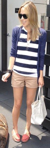 beige khaki shorts med en mörkblå och vit randig polotröja