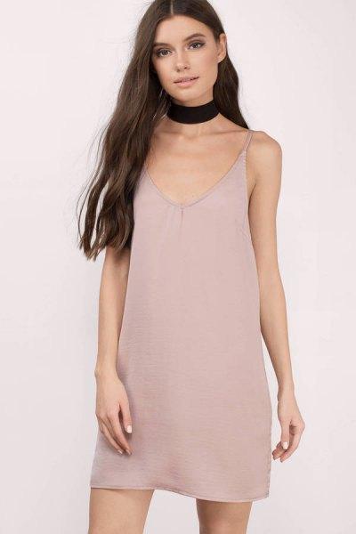 ljusrosa cami shift klänning, svart choker