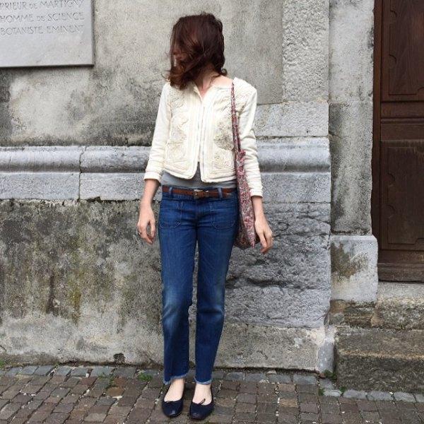svarta balettskor vita tröjajacka jeans