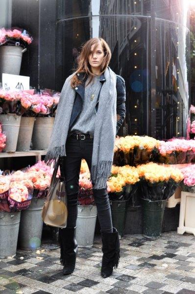 svarta fransade stövlar grå tröja läderjacka