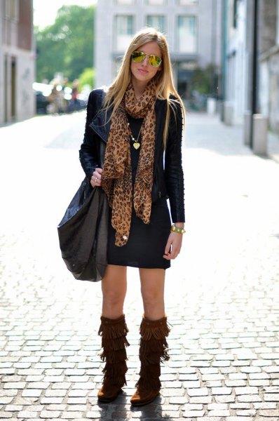 bruna fransade stövlar svart skiftklänning läderjacka