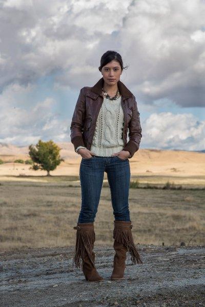 bruna knähöga kängor och krämfärgad stickad tröja