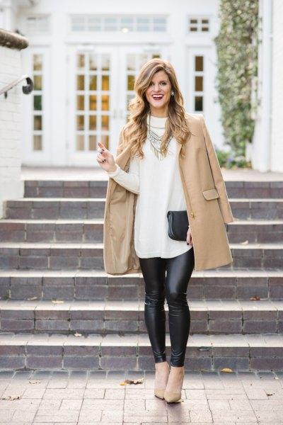 Blushing ullrock med en vit lång tröja och svart läder leggings