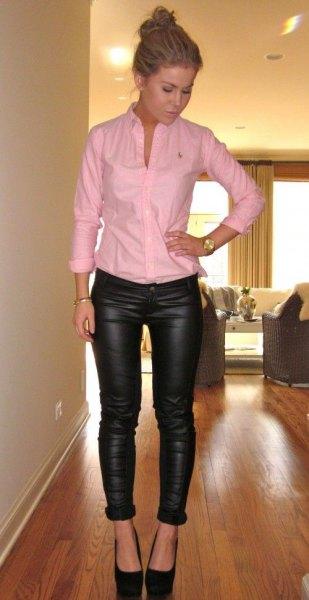 Blushrosa knäppt skjorta med svarta läder leggings