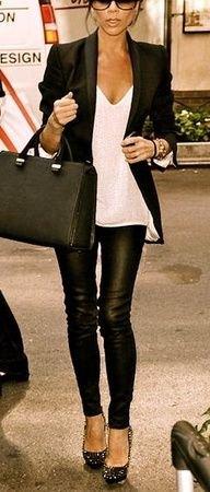 svart kavaj med vit, nedskuren linne och leggings