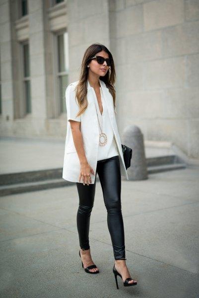 vit kortärmad skjorta med svarta leggings och klackar