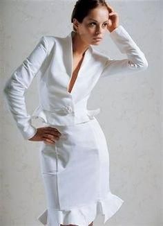 vit slim fit kostymjacka med midiklänning med volangfåll