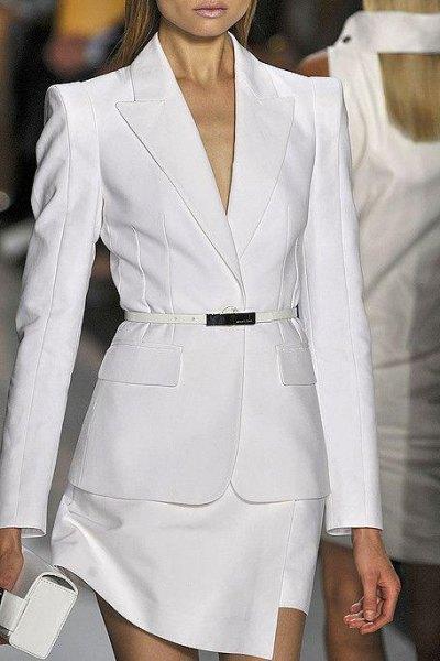 vit kostym med koppling och klackar med öppen tå