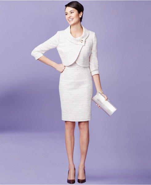 vit mini-omslagsjacka med knälång, figur-kramad klänning