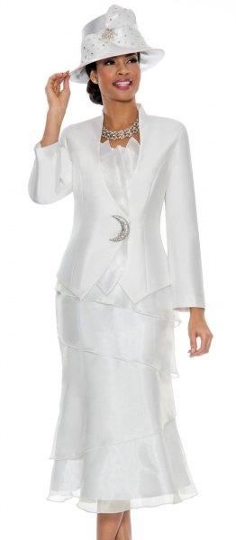 vit kostymjacka med tyll midiklänning och filthatt