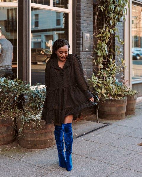 svart mini ruffle långärmad klänning med blå sammet stövlar