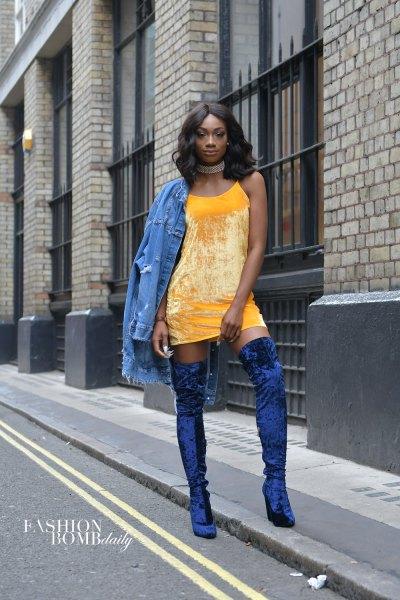 gul mini-shift-klänning med jeansjacka och blå sammetstövlar