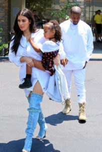 vit skjorta klänning med långa öppna tå stövlar och jeans
