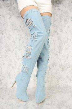 vita mini-shorts med ljusblå, rippade stövlar med höga klackar