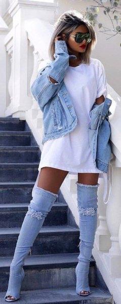 vit t-shirtklänning med jeansjacka och matchande stövlar
