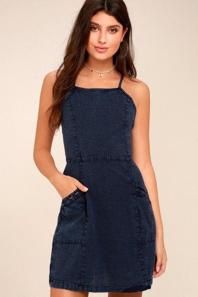 Mörkblå kort klänning med fyrkantig urringning