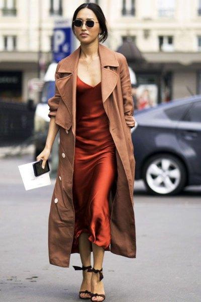 Camel Maxi Trenchcoat över Burgundy Silk Maxi Slip Dress
