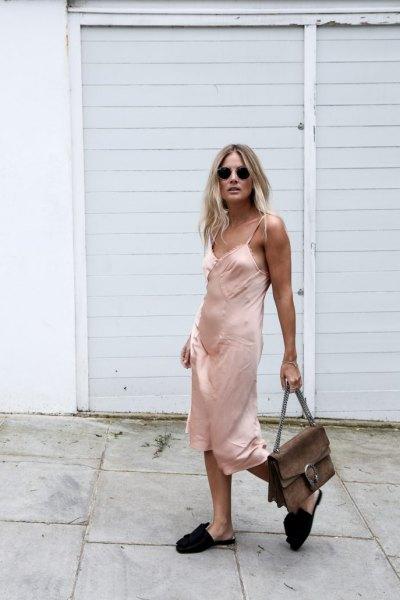 rosa midi siden klänning med svarta sandaler