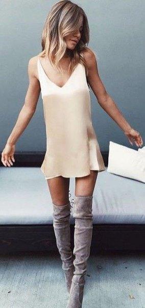 Blush Pink Mini Slip Dress med grå mocka över knästövlarna