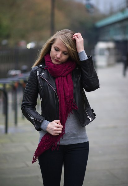 svart bikerjacka röd linneshalsduk