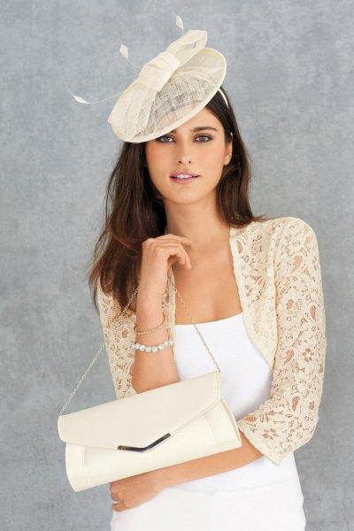 blekgul spets som rycker på sig den vita pinafore klänningen