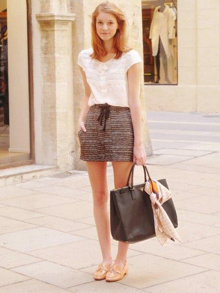 Kortärmad vit spetsblus med svarta och vita mini-shorts