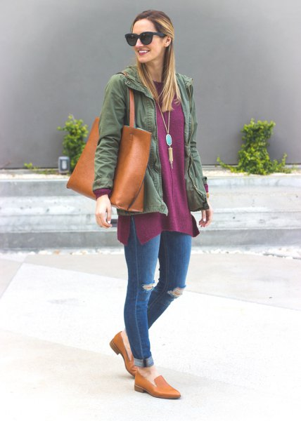 grå tunikatopp med jeansjacka och jeans med muddar