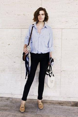 Ljusblå skjorta med knappar, svarta skinny jeans och läderskor