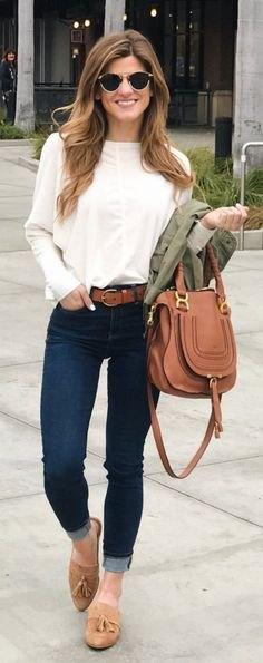 vit långärmad blus med mörkblå skinny jeans med muddar och ljusbruna tofflor