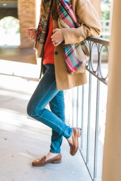 Kamelfleecejacka med blå slim fit-jeans och ljusbruna tofflor