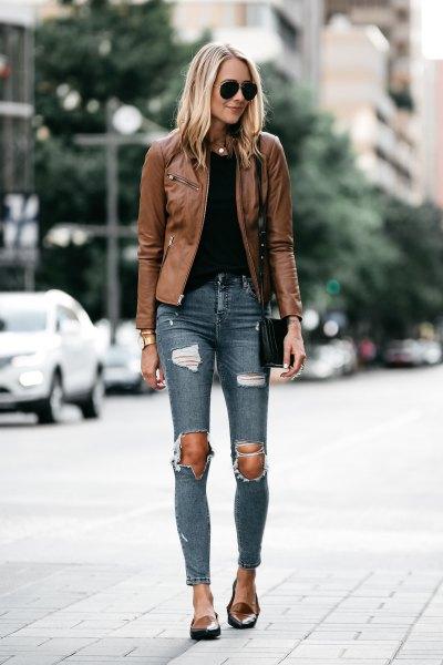 brun skinnjacka med grå skinny jeans och ljusbruna tofflor