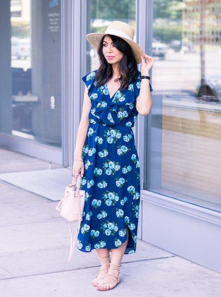 Mörkblå midiklänning med V-ringning och blommönster och remmar med sandaler